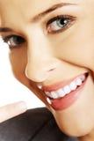 Frau, die ihr perfekte weiße Zähne zeigt Stockfoto
