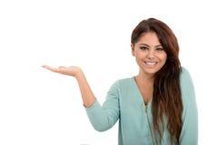 Frau, die Ihr Produkt lokalisiert auf Weiß zeigt Stockbilder