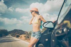 Frau, die ihr Telefon in den Sommerferien verwendet Lizenzfreie Stockfotografie