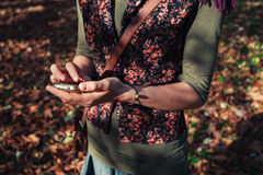 Frau, die ihr Telefon im Park verwendet Lizenzfreies Stockfoto