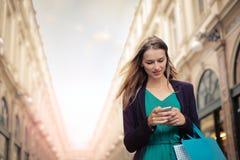 Frau, die ihr Telefon verwendet Stockfotos