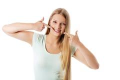 Frau, die ihr vollkommene gerade weiße Zähne zeigt Lizenzfreies Stockfoto