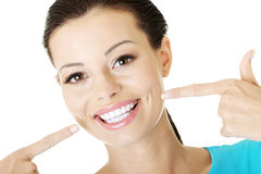 Frau, die ihr vollkommene Zähne zeigt. Lizenzfreie Stockfotografie