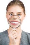 Frau, die ihr weiße Zähne zeigt Lizenzfreies Stockfoto
