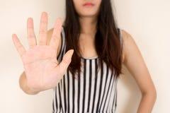 Frau, die ihre Ablehnung ohne auf ihre Hand zeigt Stockbilder