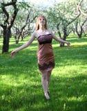 Frau, die ihre Arme anhebt Stockfoto