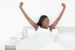 Frau, die ihre Arme ausdehnt Lizenzfreie Stockbilder