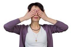 Frau, die ihre Augen mit ihren Händen bedeckt Lizenzfreie Stockfotografie
