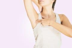 Frau, die ihre Brust auf Krebs prüft stockbilder