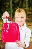 Frau, die ihre Einkaufstasche zeigt Lizenzfreie Stockbilder