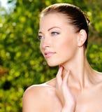 Frau, die ihre frische saubere Haut des Gesichtes streicht Stockfotos