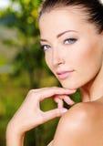 Frau, die ihre frische saubere Haut des Gesichtes streicht stockbild