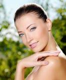 Frau, die ihre frische saubere Haut des Gesichtes streicht lizenzfreie stockbilder