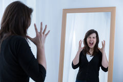 Frau, die ihre Gefühle zeigt Lizenzfreie Stockfotografie
