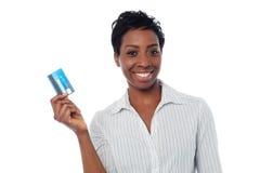 Frau, die ihre Geldautomatenkarte anzeigt lizenzfreies stockfoto