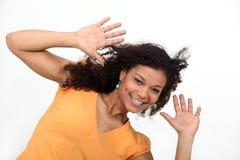 Frau, die ihre Hände hochhält Stockfoto