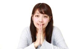 Frau, die ihre Hände im Gebet faltet Stockfoto
