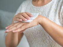 Frau, die ihre Hände mit einem Gewebe säubert Gesundheitswesen und medizinisches c lizenzfreie stockfotos