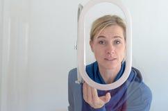 Frau, die ihre Hände oben in der Frustration wirft Stockfotografie