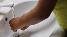 Frau, die ihre Hände wäscht stock video footage