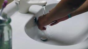 Frau, die ihre Hände wäscht stock footage