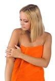 Frau, die ihre Haut überprüft Stockfotos