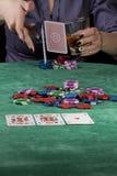 Frau, die ihre Karten fallenläßt. Lizenzfreies Stockbild