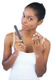 Frau, die ihre manikürte Hand zeigt stockbild