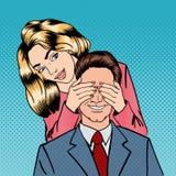 Frau, die ihre Mann-Augen schließt Frau überrascht ihren Freund stock abbildung