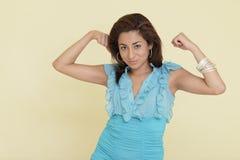 Frau, die ihre Muskeln biegt Lizenzfreies Stockbild