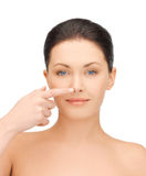 Frau, die ihre Nase berührt Stockfoto