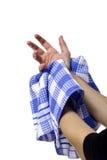 Frau, die ihre nasse Hand abwischt Stockbild