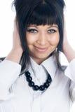Frau, die ihre Ohren abdeckt Stockfotografie