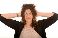 Frau, die ihre Ohren bedeckt Stockfotografie