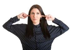 Frau, die ihre Ohren bedeckt Stockbild