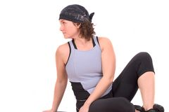 Frau, die ihre Rückenmuskel ausdehnt Stockfotografie