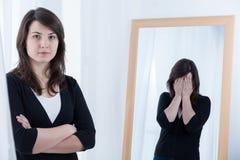 Frau, die ihre schlechte Stimmung versteckt Lizenzfreie Stockfotos