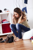 Frau, die ihre Schuhe wählt Lizenzfreies Stockfoto