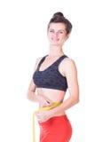 Frau, die ihre Taille misst Lizenzfreie Stockbilder
