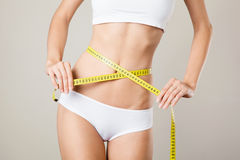 Frau, die ihre Taille misst. Perfekter dünner Körper Lizenzfreies Stockfoto