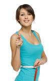 Frau, die ihre Taille misst und auf Sie zeigt Lizenzfreies Stockfoto