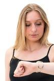 Frau, die ihre Uhr betrachtet stockbilder