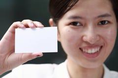 Frau, die ihre Visitenkarte vorlegt Lizenzfreies Stockbild