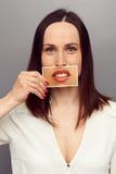 Frau, die ihre wahren Wünsche versteckt Lizenzfreie Stockfotografie