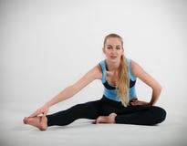 Frau, die ihre Yogaausdehnung tut Lizenzfreie Stockfotografie