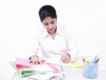 Frau, die an ihrem Büroschreibtisch arbeitet Stockfoto