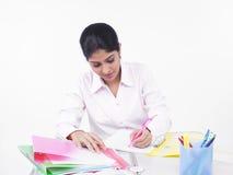 Frau, die an ihrem Büroschreibtisch arbeitet Stockbilder