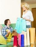 Frau, die ihrem Freund eine neue Bluse zeigt Lizenzfreie Stockfotos