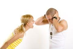 Frau, die an ihrem Freund schreit stockfoto