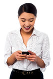 Frau, die ihrem Kollegen Textnachricht schickt Lizenzfreie Stockbilder